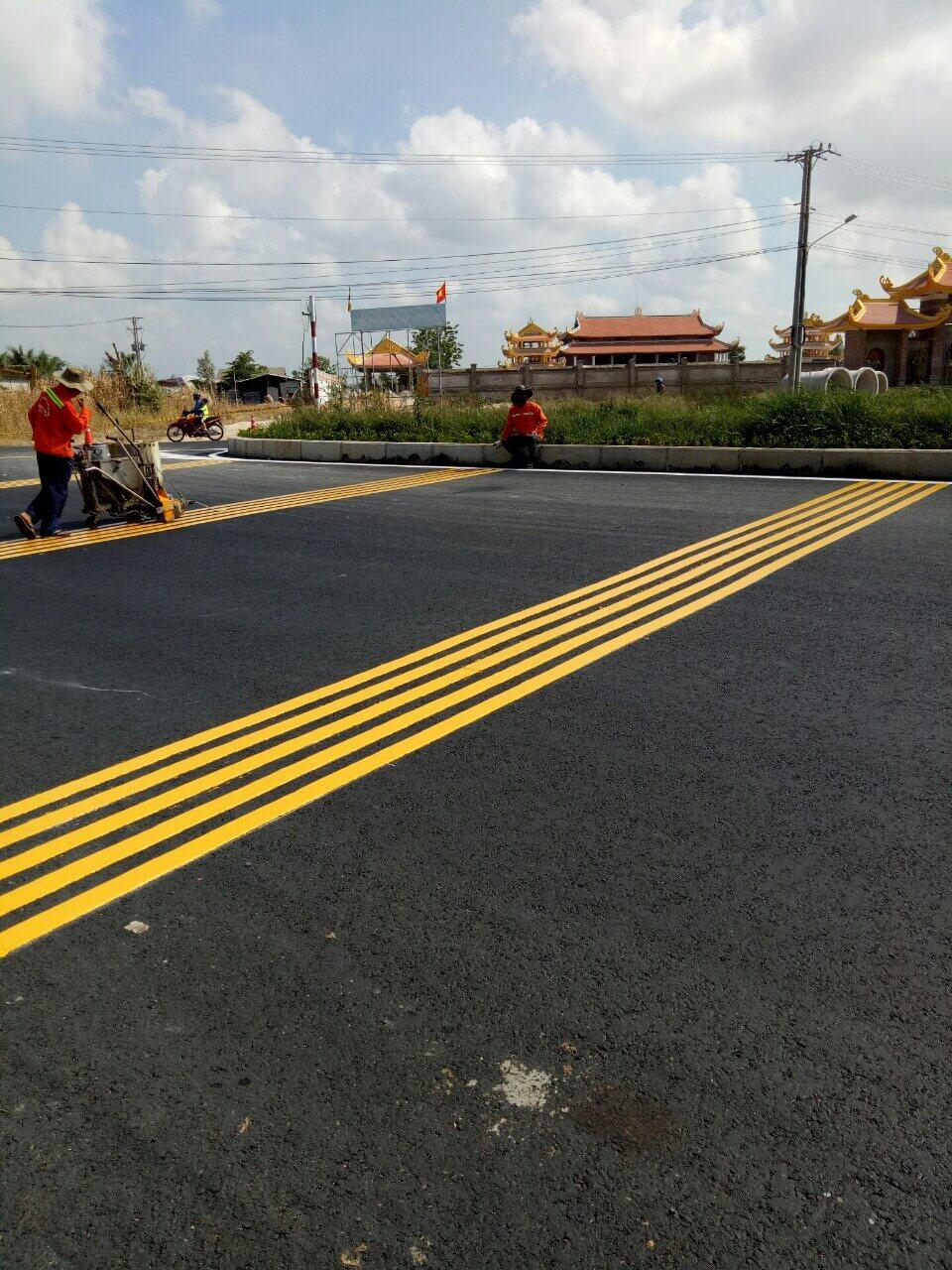 khi nói đến giá thi công sơn kẻ vạch đường, các đơn vị xây dựng hiện nay sẽ thường tính theo m2 hoàn thiện