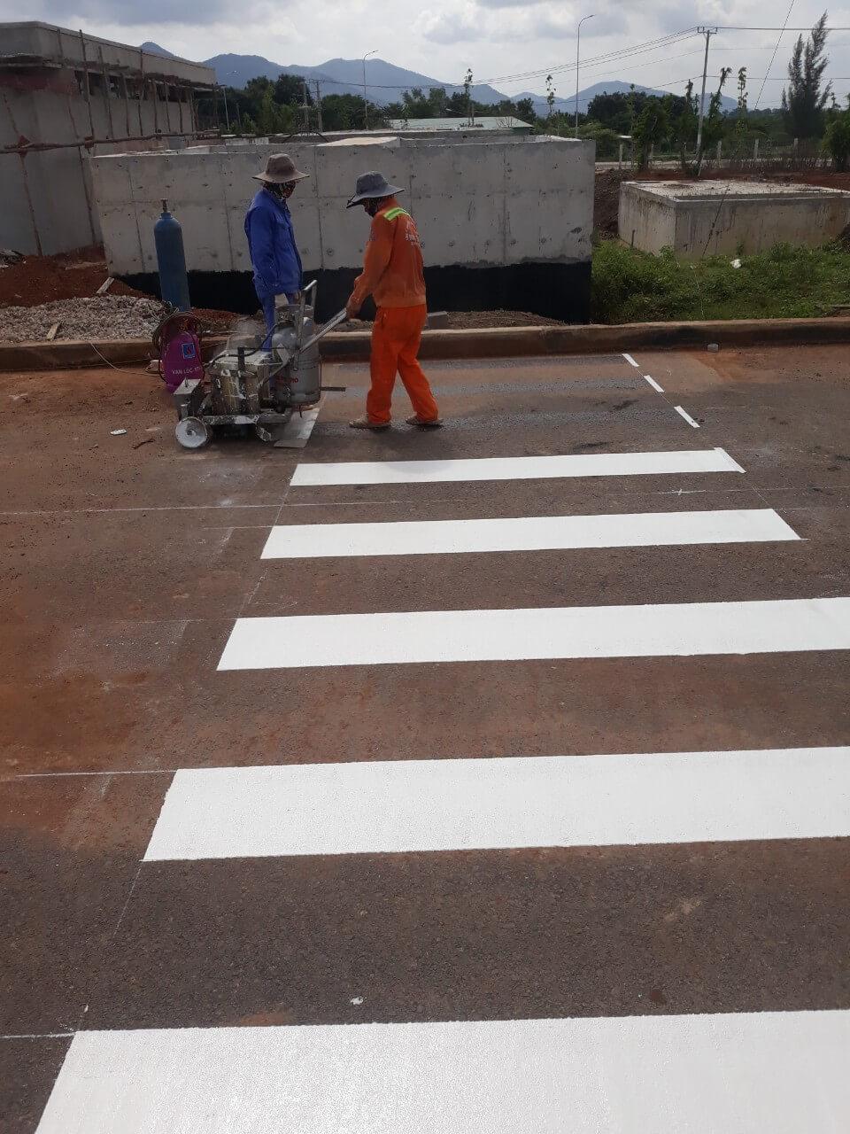 Sơn phản quang được sử dụng để kẻ vạch phân làn giao thông