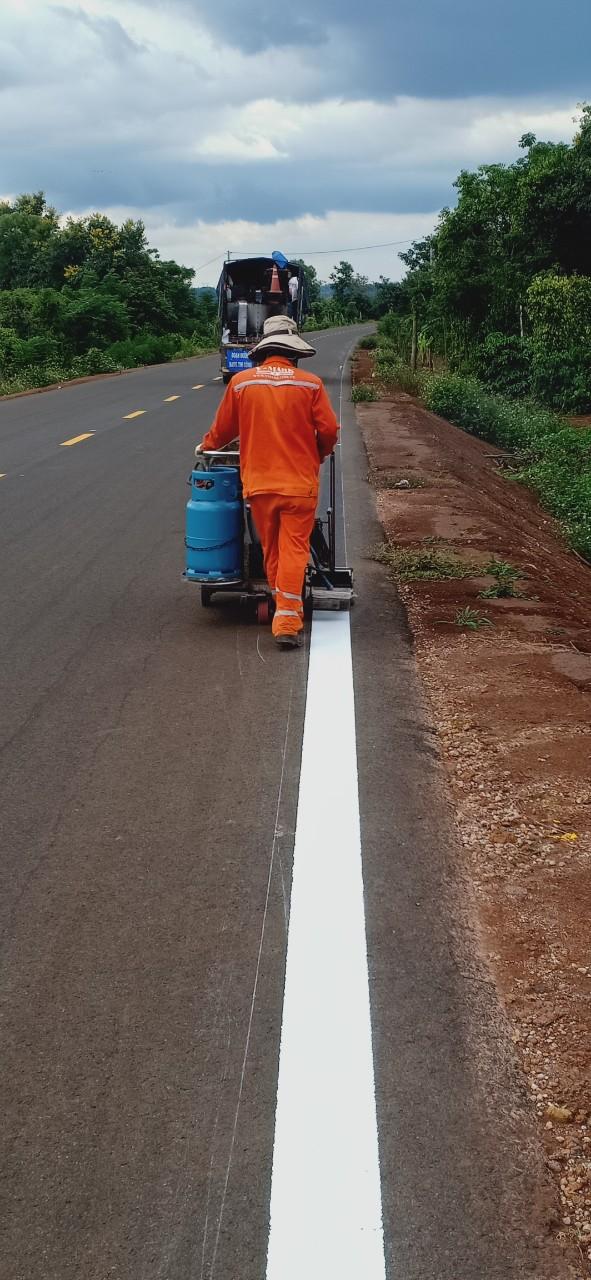 các công trình giao thông thường sử dụng sơn dân dụng để làm vạch kẻ đường