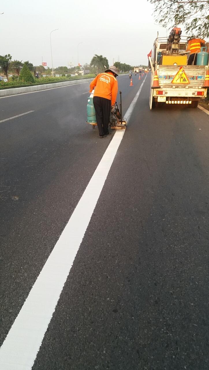 Vạch kẻ đường là một trong những dạng tín hiệu giao thông nhằm phân chia làn đường, hướng dẫn và điều khiển phương tiện lưu thông theo đúng làn đường và quy định.
